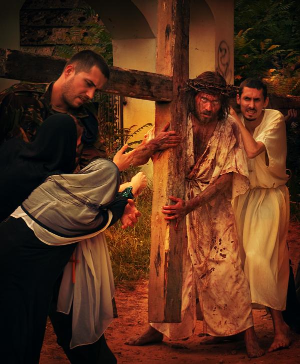 Stacja V - Szymon Cyrenejczyk pomaga nieść krzyż Jezusowi