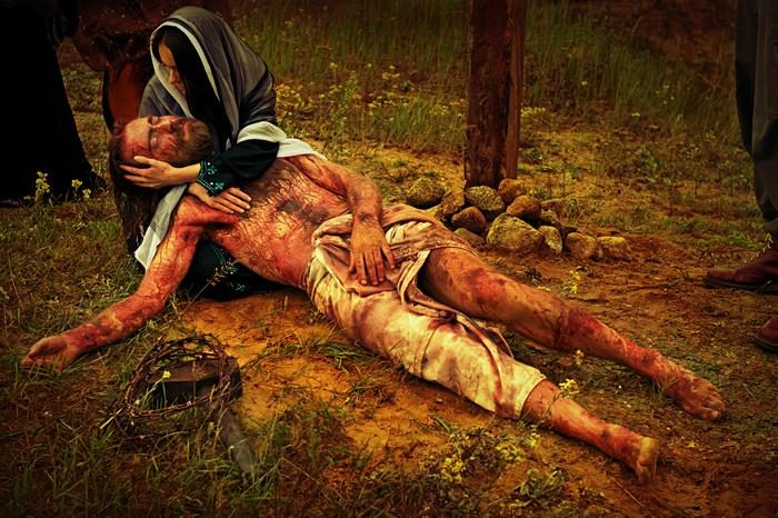 Stacja XIII - Jezus zdjęty z krzyża