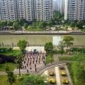 Osiedle apartamentowców i poranna gimnastyka
