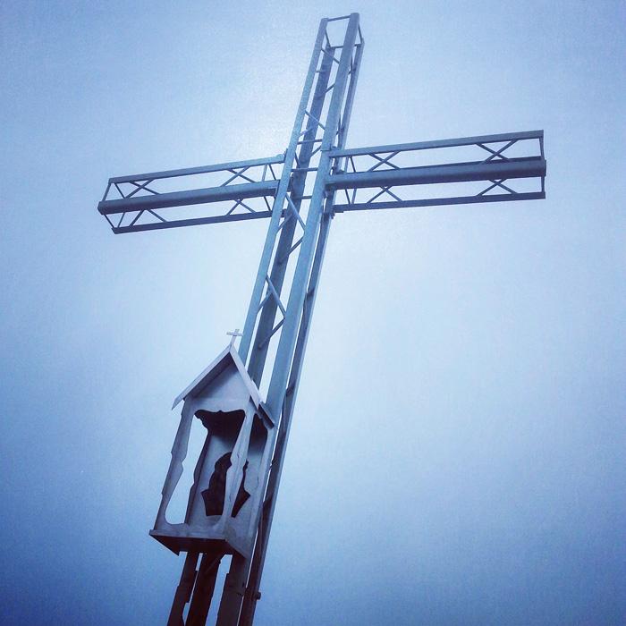 Smerek, krzyż na szczycie